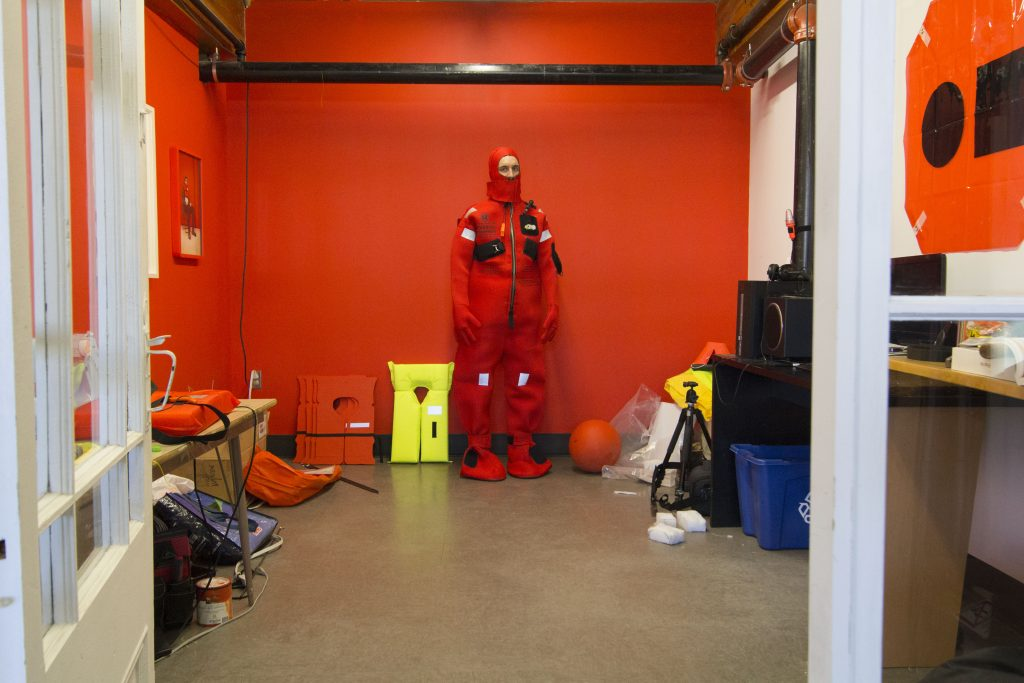 Jean-Michel René dans son atelier, lauréat 2020 de la résidence Intra-Québec. Photo de Mélissa Corbeil.